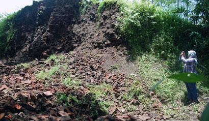 Reruntuhan bangunan di Situs Biting