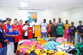 ASDE entrega uniformes a clubes deportivos