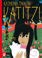Omslagsbild till Katitzi. Katitzi står på en blomsteräng och håller sin vita hund i famnen.
