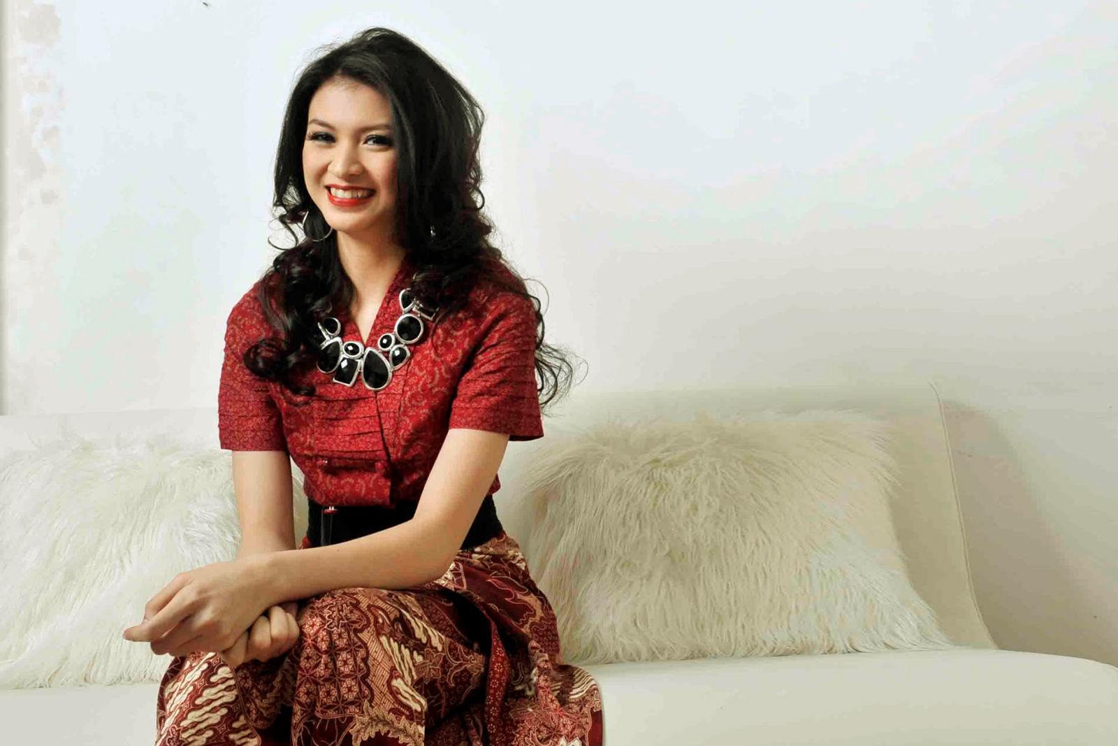 artis cantik Donita pakai baju batik dan rok manis bibir merah dan manis