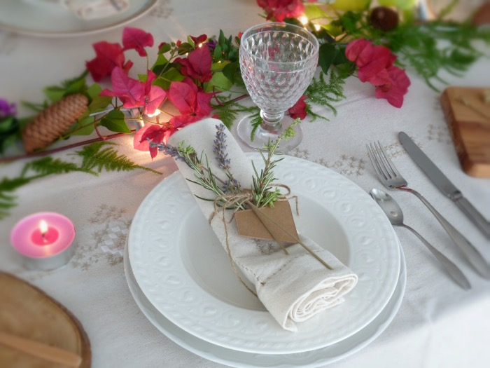 Cómo poner la mesa con estilo, detalle servilletas con cordón, romero y lavanda