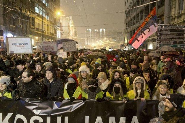 Σερβία: Χιλιάδες πολίτες διαδήλωσαν εναντίον του προέδρου Αλ. Βούτσιτς
