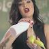 Cantora egípcia é presa por comer banana de forma sensual em clipe