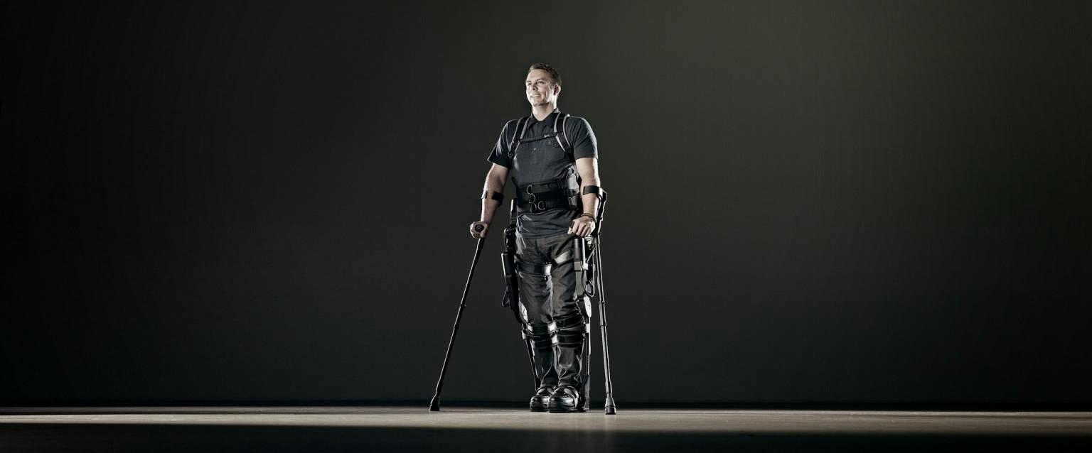 Un uomo indossa un esoscheletro della Ekso Bionics