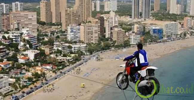Pemain Akrobatik Motor yang terjebak pada ketinggian 204 Meter di udara dengan sepeda motornya