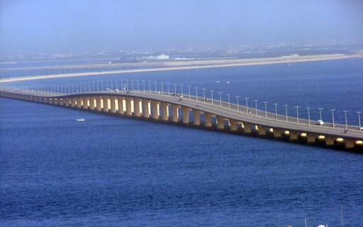 كم يبلغ طول جسر الملك فهد الذي ييربط بين المملكة العربية السعودية ومملكة البحرين