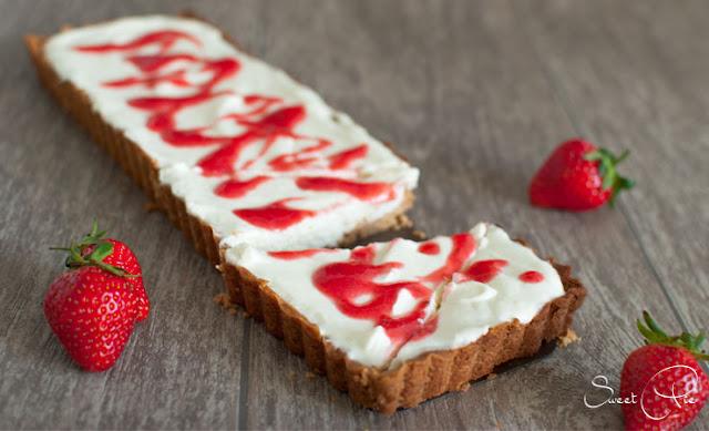 Holunderblütenquark Tarte mit Erdbeer-Basilikum-Sauce von Sweet Pie