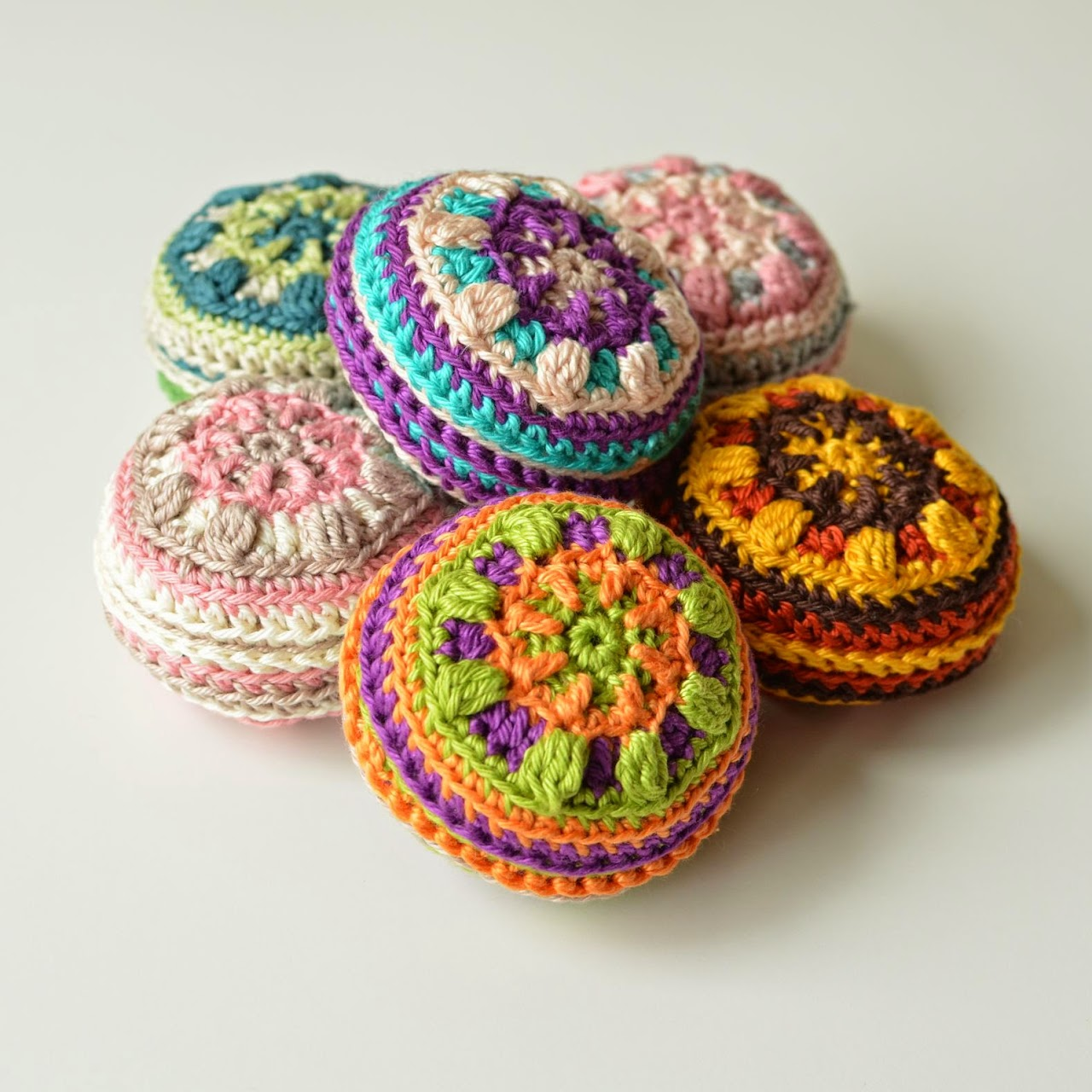 Mandala pin cushion - free pattern by www.lillabjorncrochet.com