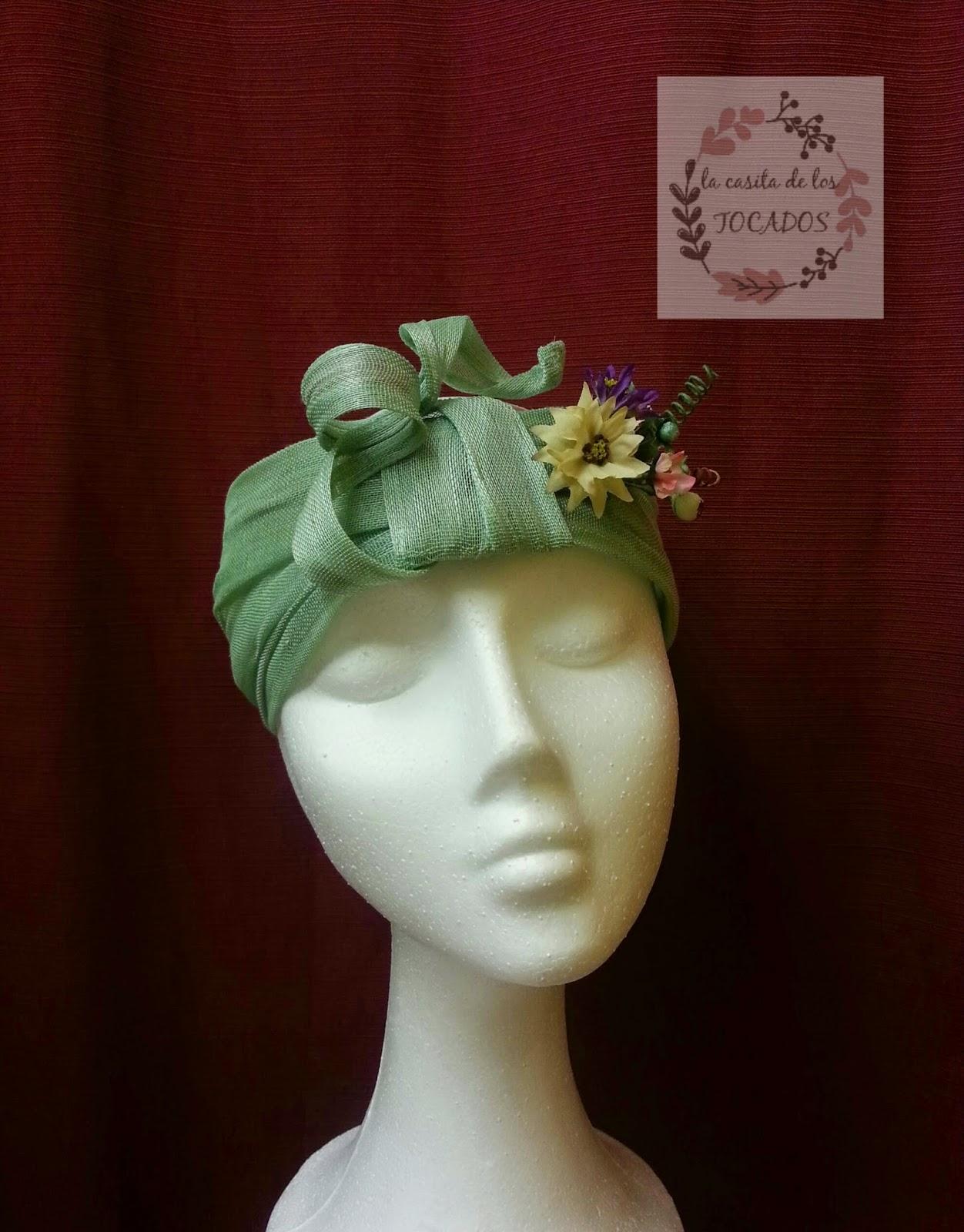 turbante realizado con sinamay de seda en color verde agua y flores variadas para boda