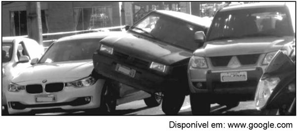 exemplo de acidente de trânsito, em que veículos disputam um mesmo local
