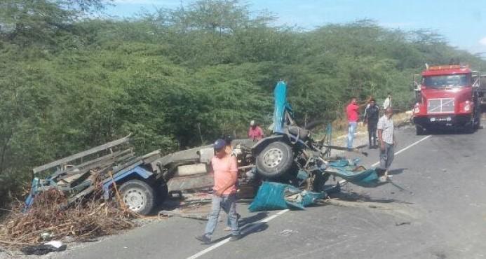 Dos muertos y tres heridos en triple choque de camiones en Azua