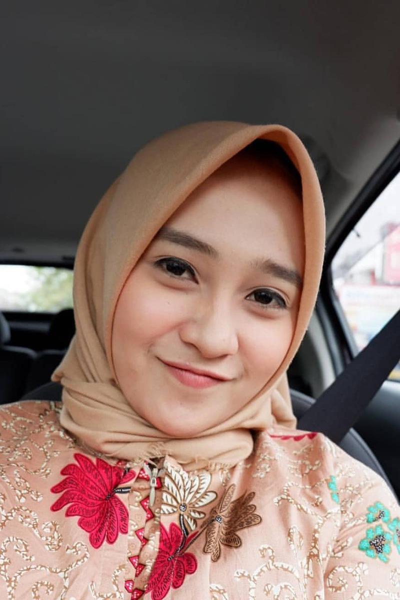Cewek manis IGo selife pakai Jilbab Coklat selfie di dalam mobil
