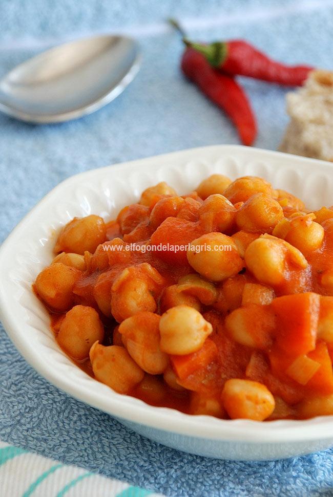 Potaje de garbanzos con zanahorias y salsa de tomate