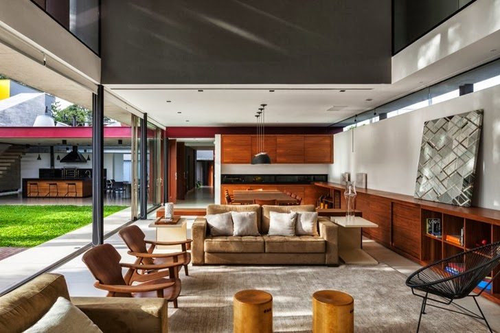 Living room in Modern Planalto House by Flavio Castro