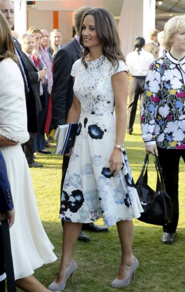 "PIPPA MIDDLETON LOOK  VESTIDO: Tabitha Webb  ZAPATOS: Aruna Seth  ""Beatrice"" £450  CARTERA: Lamb 1887  £120  RELOJ PULSERA: Project D London £575"