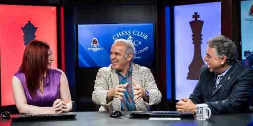 Kasparov entouré par les commentateurs Jennifer Shahade et Yasser Seirawan à Saint Louis © site officiel