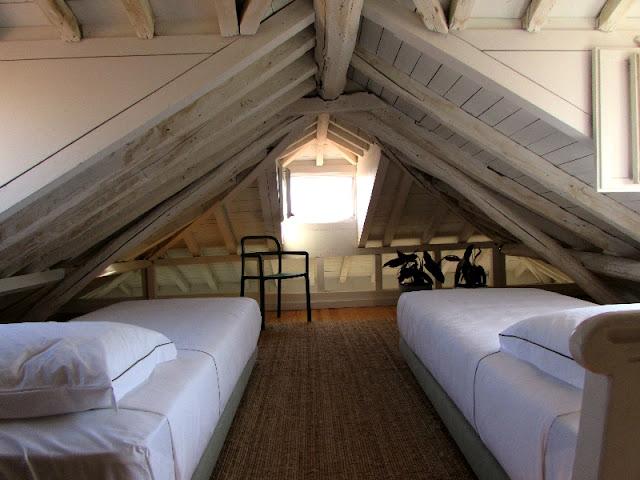 quarto rústico com duas camas