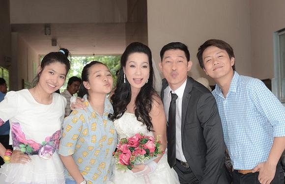 https://2.bp.blogspot.com/-JJfazyH3S1I/VZJOhnj2VqI/AAAAAAAAJWg/pz8GtpSaYH8/s1600/huy-khanh-cuoi-trinh-kim-chi013-ngoisao.vn.jpg