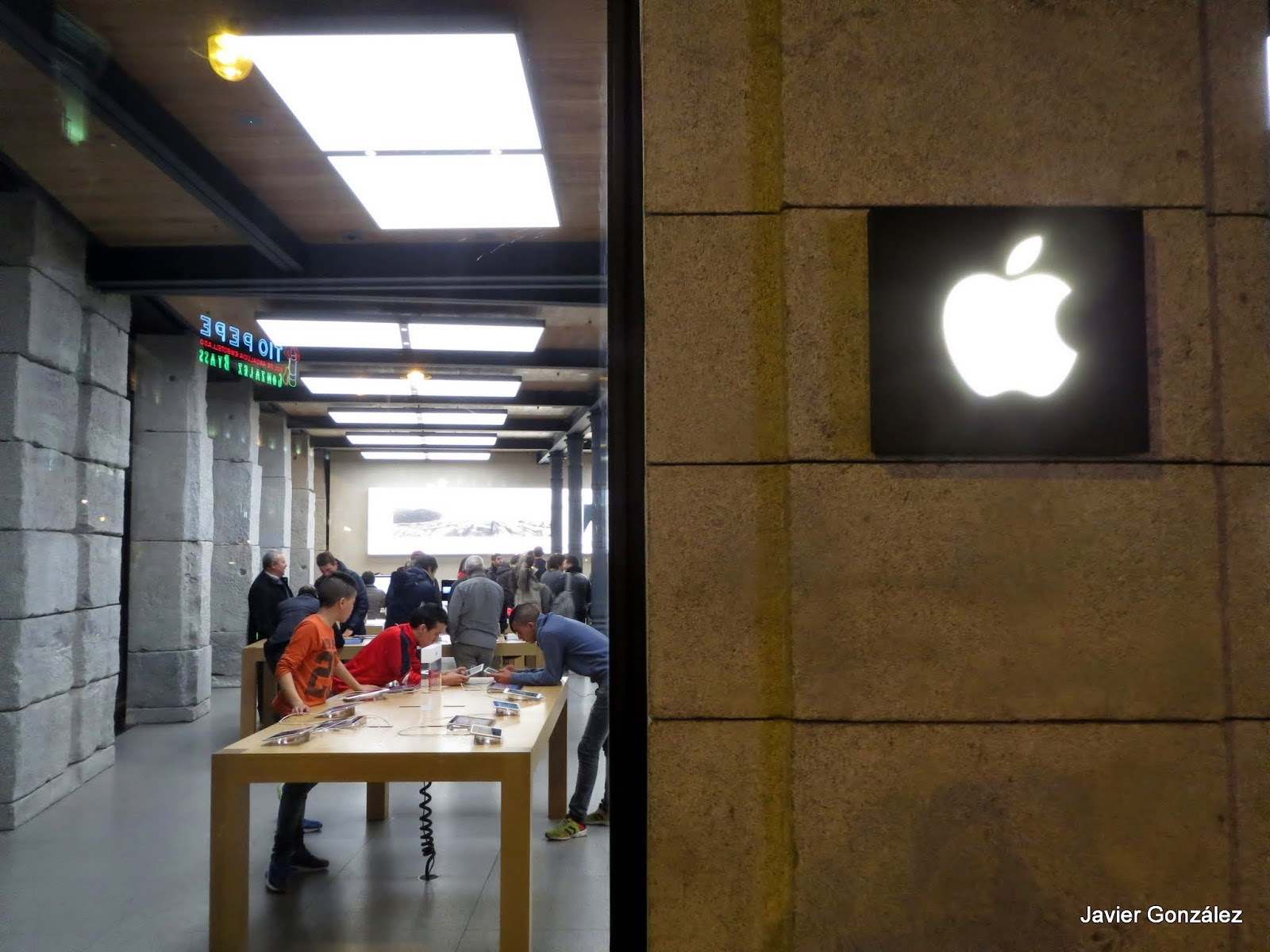 Puerta del Sol. Madrid. Tienda Apple