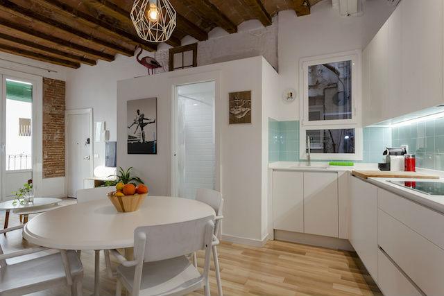cocina abierta al salón en un piso antiguo reformado