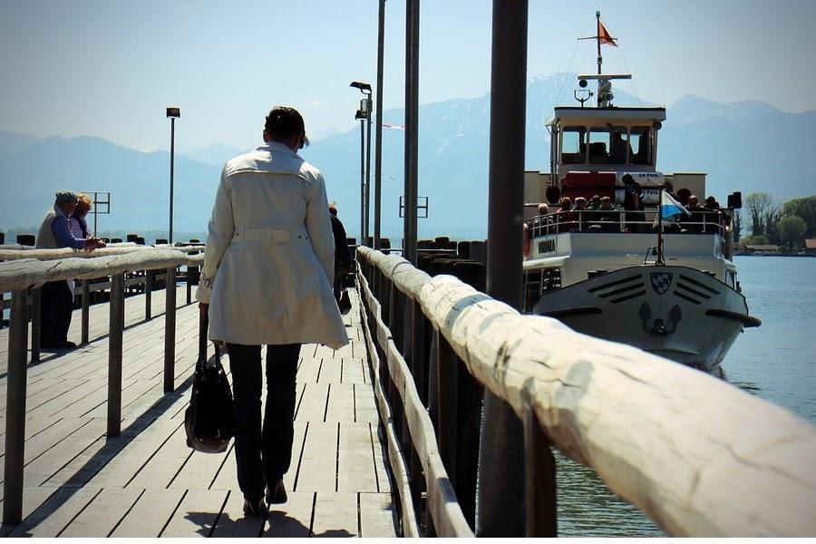 Mulher indo embora e barco
