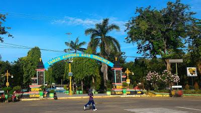 Taman Adipura Kota Sumenep di seberang Masjid Jamik Sumenep.