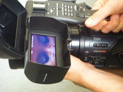 Die Augen einer Frau im Monitor einer Kamera