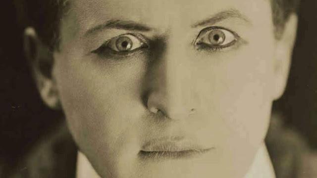 Ảo thuật gia huyền thoại Harry Houdini qua đời vào đêm Halloween năm 1926.