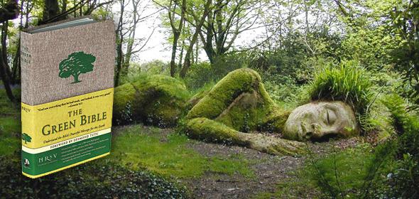 diosa pagana Gaia durmiendo en el bosque con imagen de la Biblia verde