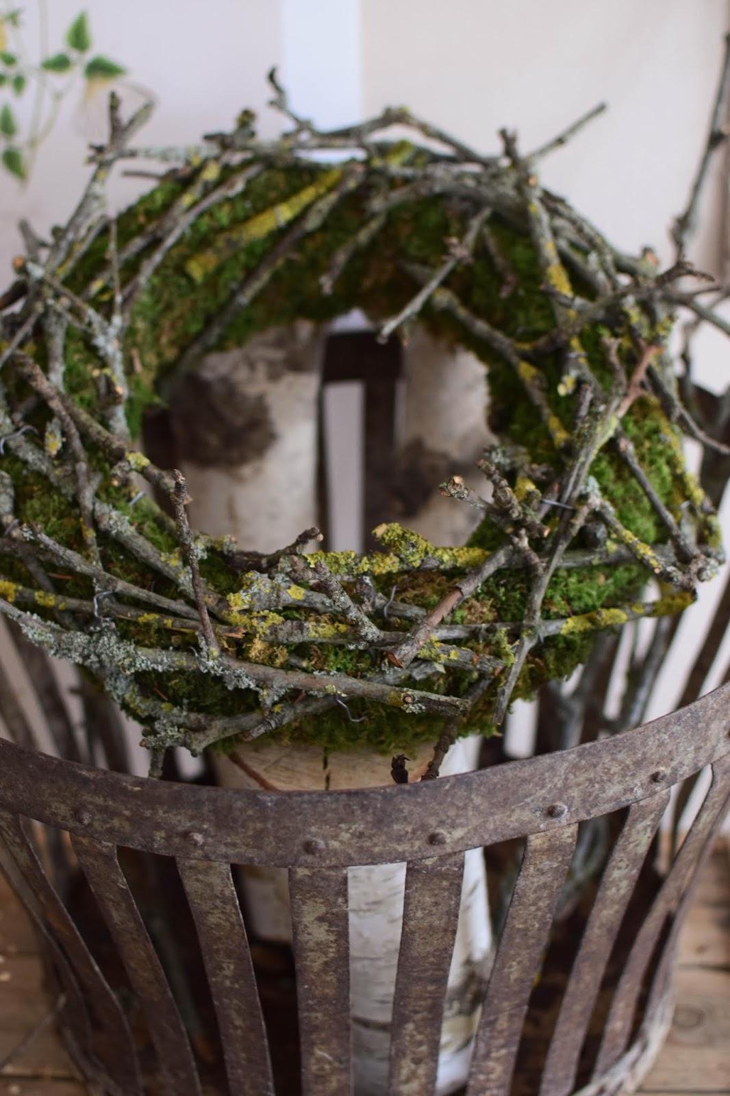 Mooskranz mit Zweigen DIY selbermachen Kranz mit Moos für Herbst Winter Frühling Sommer