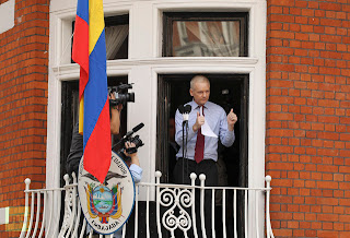 (Video) Δήλωση Julian Assange από το μπαλκόνι της πρεσβείας του Ecuador