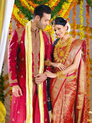 When North meets South then this happen. South Indian fashion is so popular, beautiful and colorful that even the couple is from any district that color generally makes the wedding colorful.
