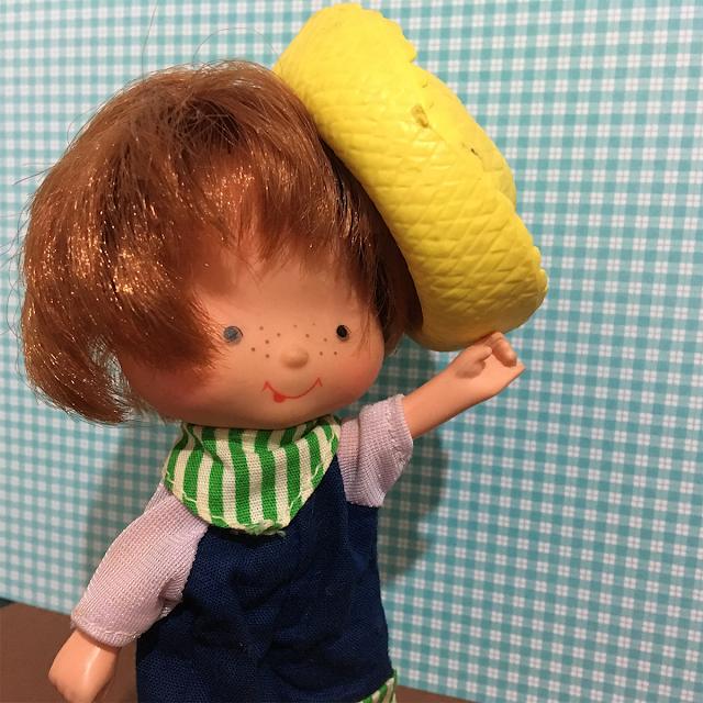 Boneco Limãozinho mostrando seu chapéu