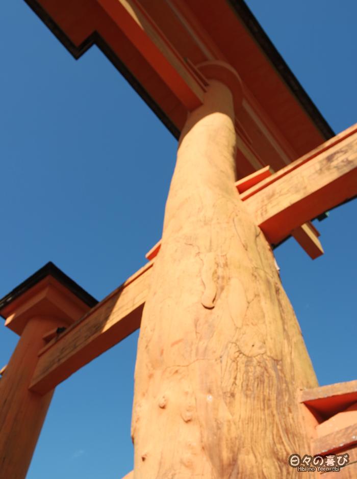 Pilier du torii en contre plongée, plage de Miyajima, Hiroshima-ken
