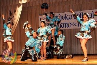 Foto de personas bailando la danza Saya - Vestimenta
