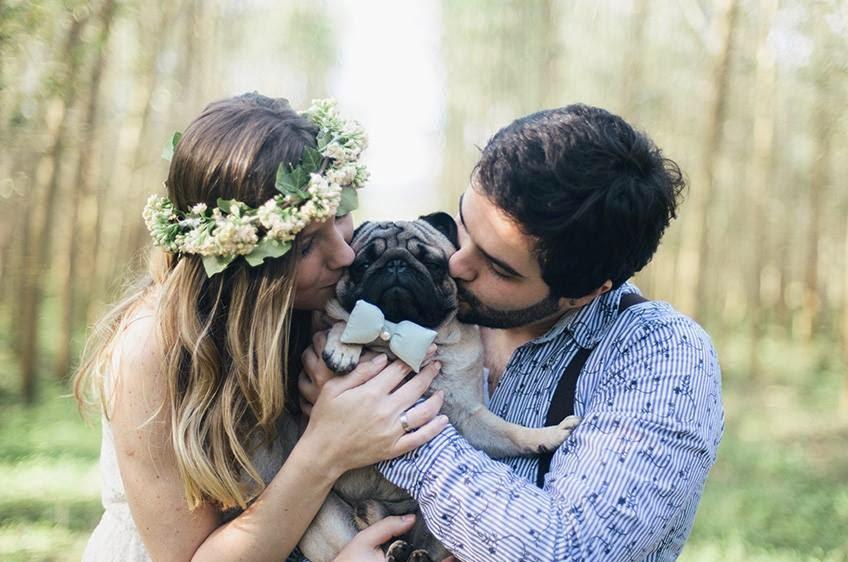 e-session - ensaio noivos - ensaio casal - ensaio ao ar livre - e-session ao ar livre - caozinho - cachorrinho - cachorro na e-session - cachorro no ensaio - noivos e cachorro - coroa de flores - gravatinha azul