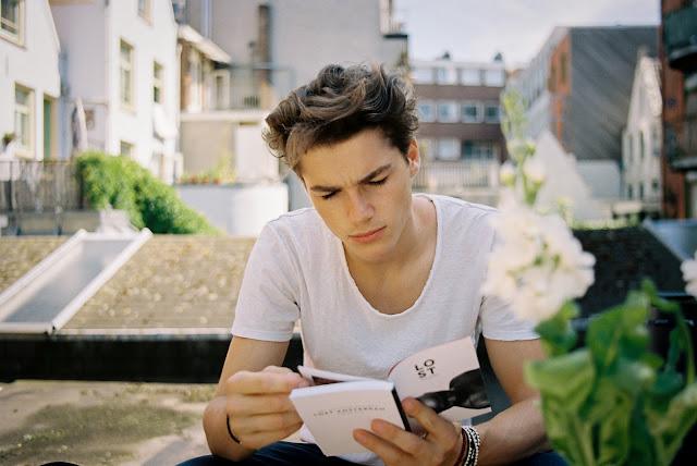Sal con un chico que lea