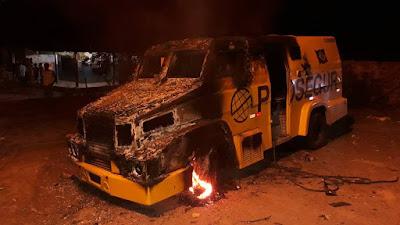 Bandidos detonam três carros-fortes na BR-110, em Alagoinhas