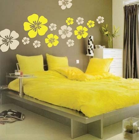 Quarto de casal com decoração amarela