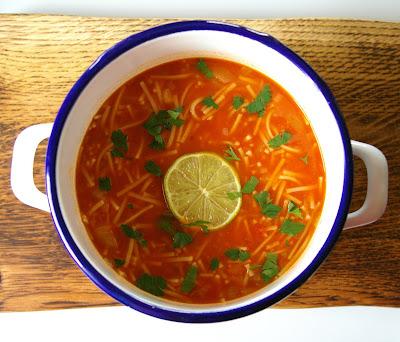 meksykańska zupa makaronowa z pomidorami