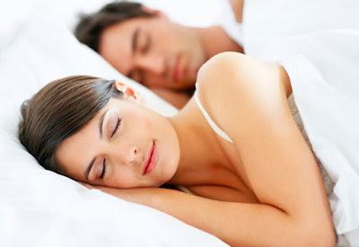 cewek tidur di dalam selimut supaya mimpi indah dengan warna putih