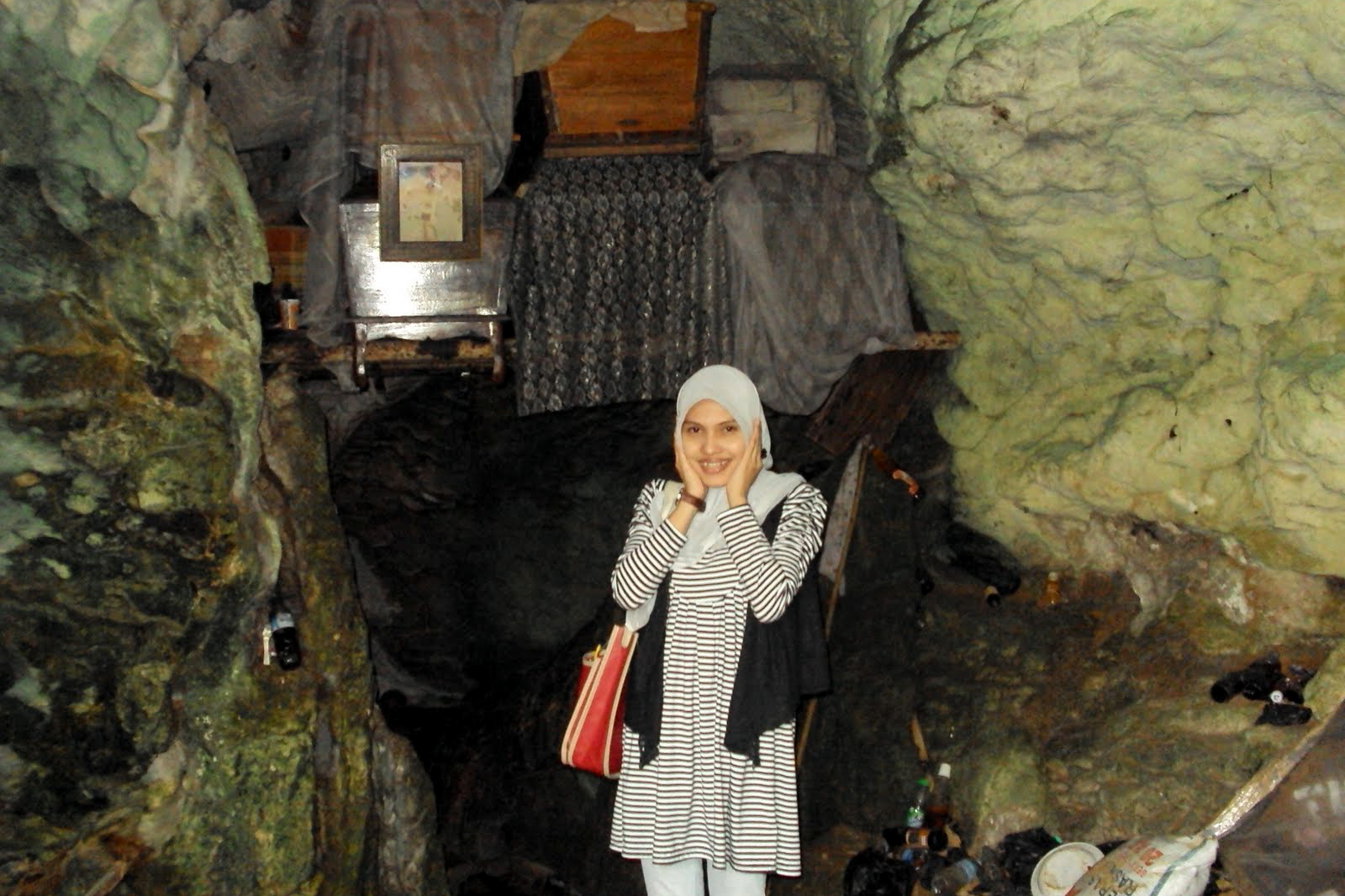 selfie depan kuburan semak cewek hijab manis dan seksi