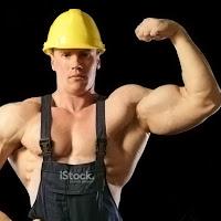 Pazısını gösteren vücut geliştirmiş baretli ve önlüklü işçi