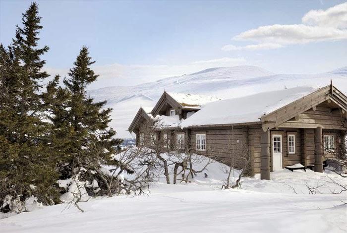 Piękny, drewniany dom u podnóża gór w Norwegii, wystrój wnętrz, wnętrza, urządzanie domu, dekoracje wnętrz, aranżacja wnętrz, inspiracje wnętrz,interior design , dom i wnętrze, aranżacja mieszkania, modne wnętrza, domy w górach, górska chata, domy drewniane, styl klasyczny