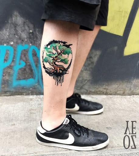 Outra aquarela tatuagem estilo de um desenho de árvore. Ao contrário dos estilos anteriores, este é menor. Mas, ainda assim, ele tem um significado mais profundo. Cada árvore tem uma representação diferente mas, geralmente, ligada a ser capaz de resistir a diferentes tempos e ciclos e ainda de pé alto e orgulhoso.