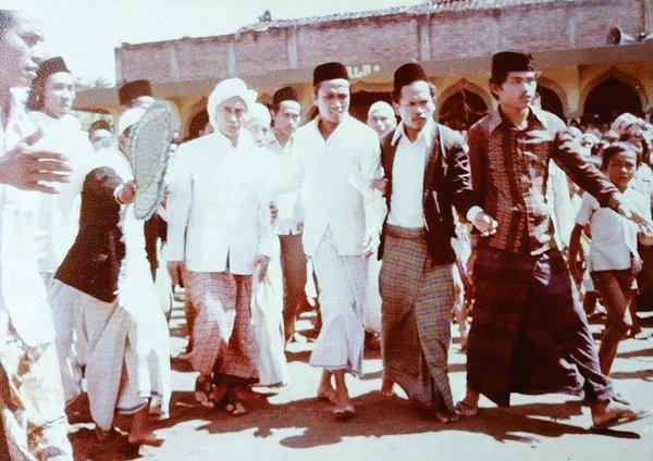 Muhammad Utsman Al Ishaqi dilahirkan di Surabaya pada bulan Jumadil Akhir  KH Utsman Al Ishaqi, Punya Karomah Sejak Kecil, Pernah Jadzab 7 Hari