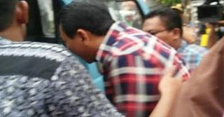 LIHAT! Foto-foto Ahok Ketika Dievakuasi Pakai Angkot ke Polsek Karena Ditolak Warga Saat Blusukan