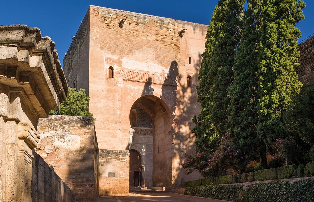 Ganas de viajar la alhambra desde dentro - Parking plaza puerta real en granada ...
