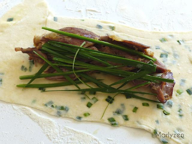 Déposez une portion de canard, quelques tiges de ciboule en julienne et un filet de sauce.