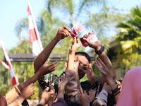 Masyarakat Senang, Yonif Raider 514 Kostrad Sebarkan Stiker Kemerdekaan RI